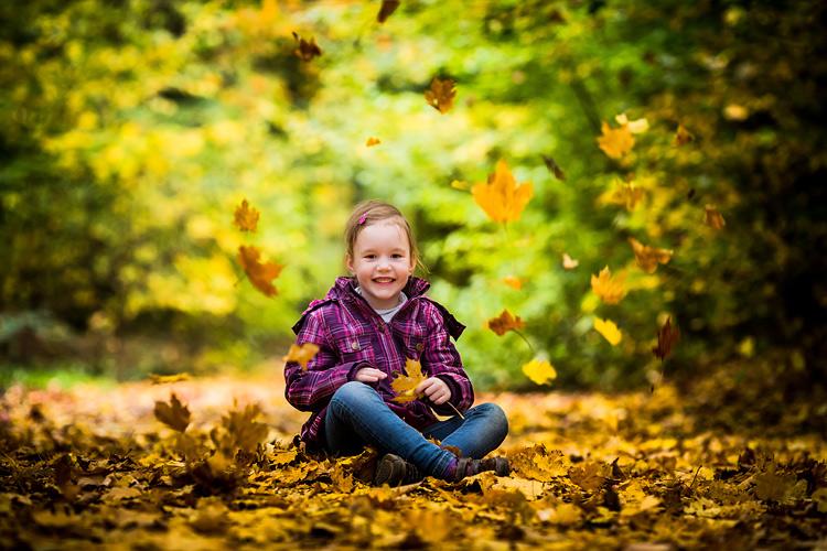 Herbstfoto mit Kind im Wald