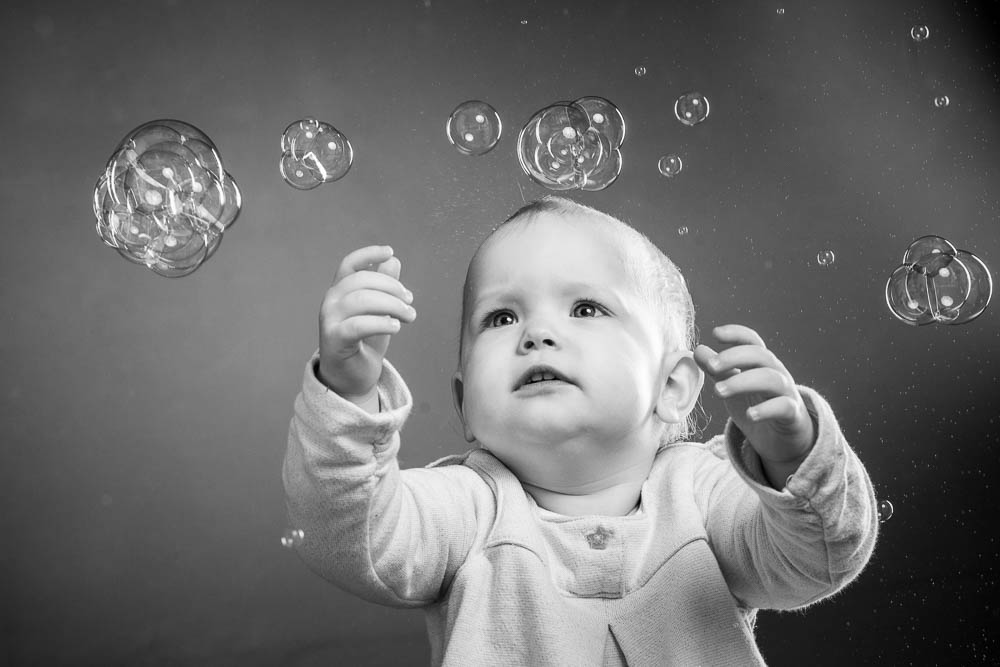 Kleinkind Fotoshooting mit Seifenblasen