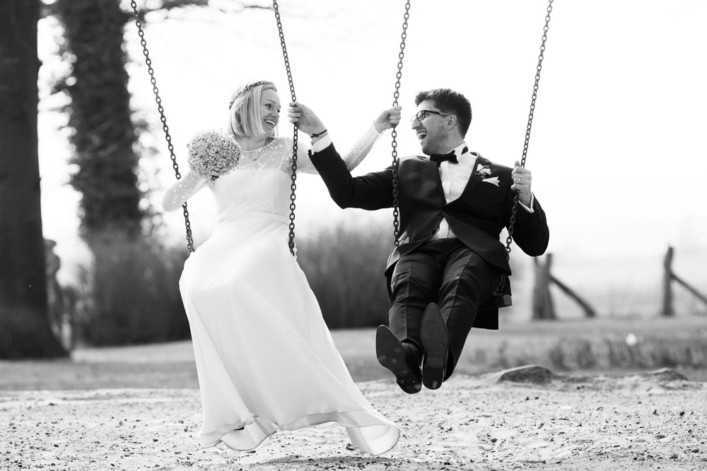 Brautpaar auf Schaukel